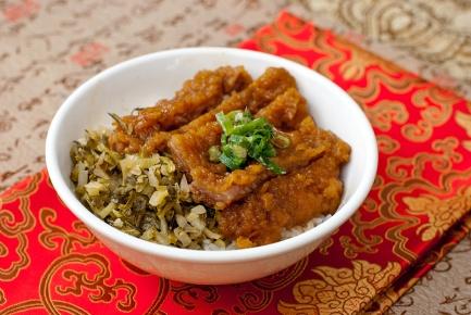 滷排飯 / 豚ロース煮込みご飯 (パイコーハン)