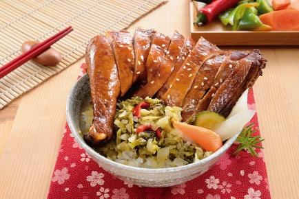 玫瑰油雞腿飯 / 骨付きの醤油煮チキンご飯